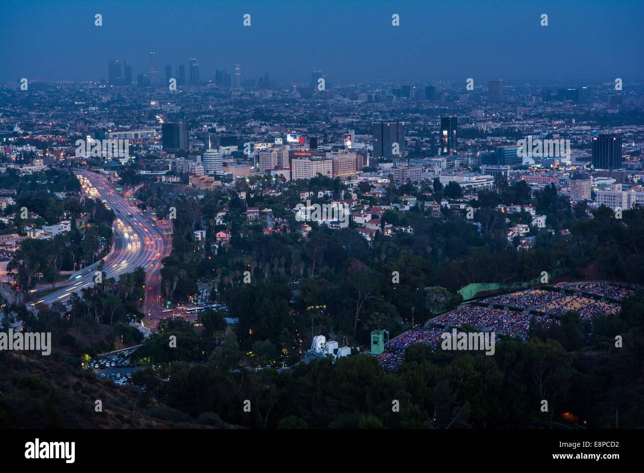 Blick auf 101 Freeway, der Hollywood Bowl & Los Angeles von Mulholland Drive, Kalifornien, USA Stockbild