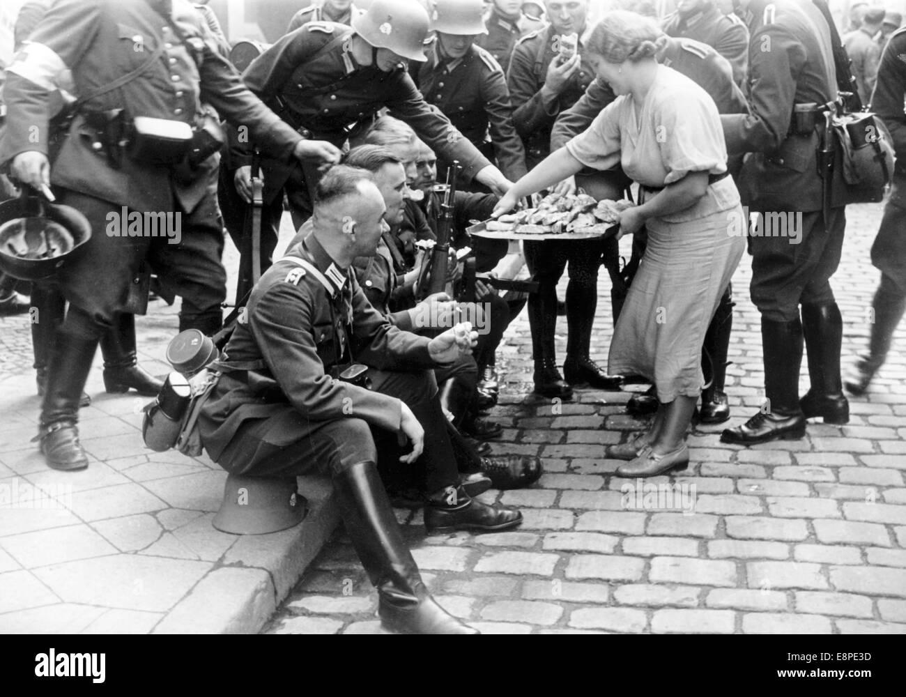 die ns propaganda bild zeigt eine frau die bergabe von nahrung f r deutsche soldaten die in. Black Bedroom Furniture Sets. Home Design Ideas