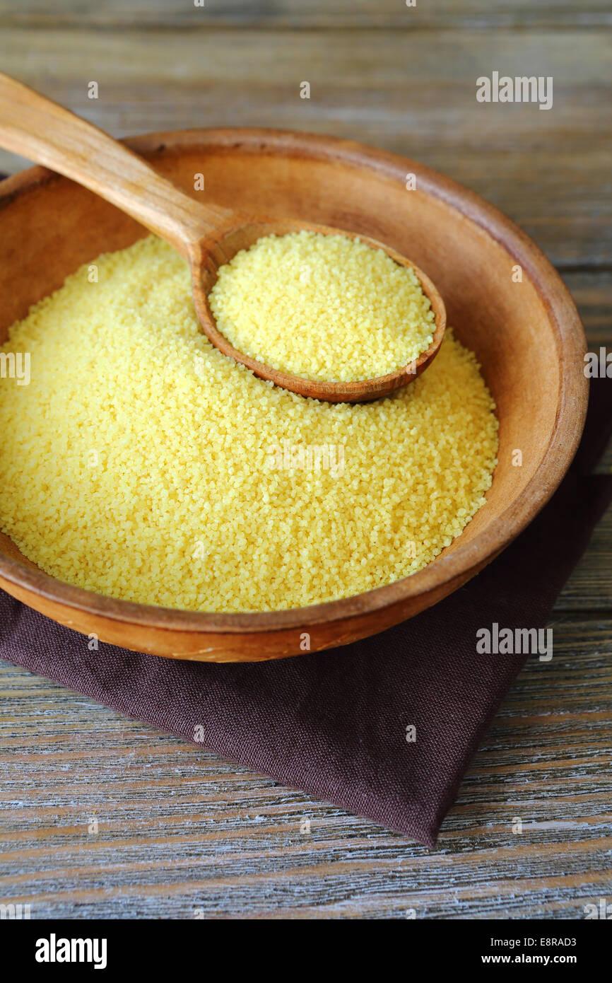 Arabischer Couscous in einer Schüssel Lehm auf Brettern, Essen Nahaufnahme Stockbild