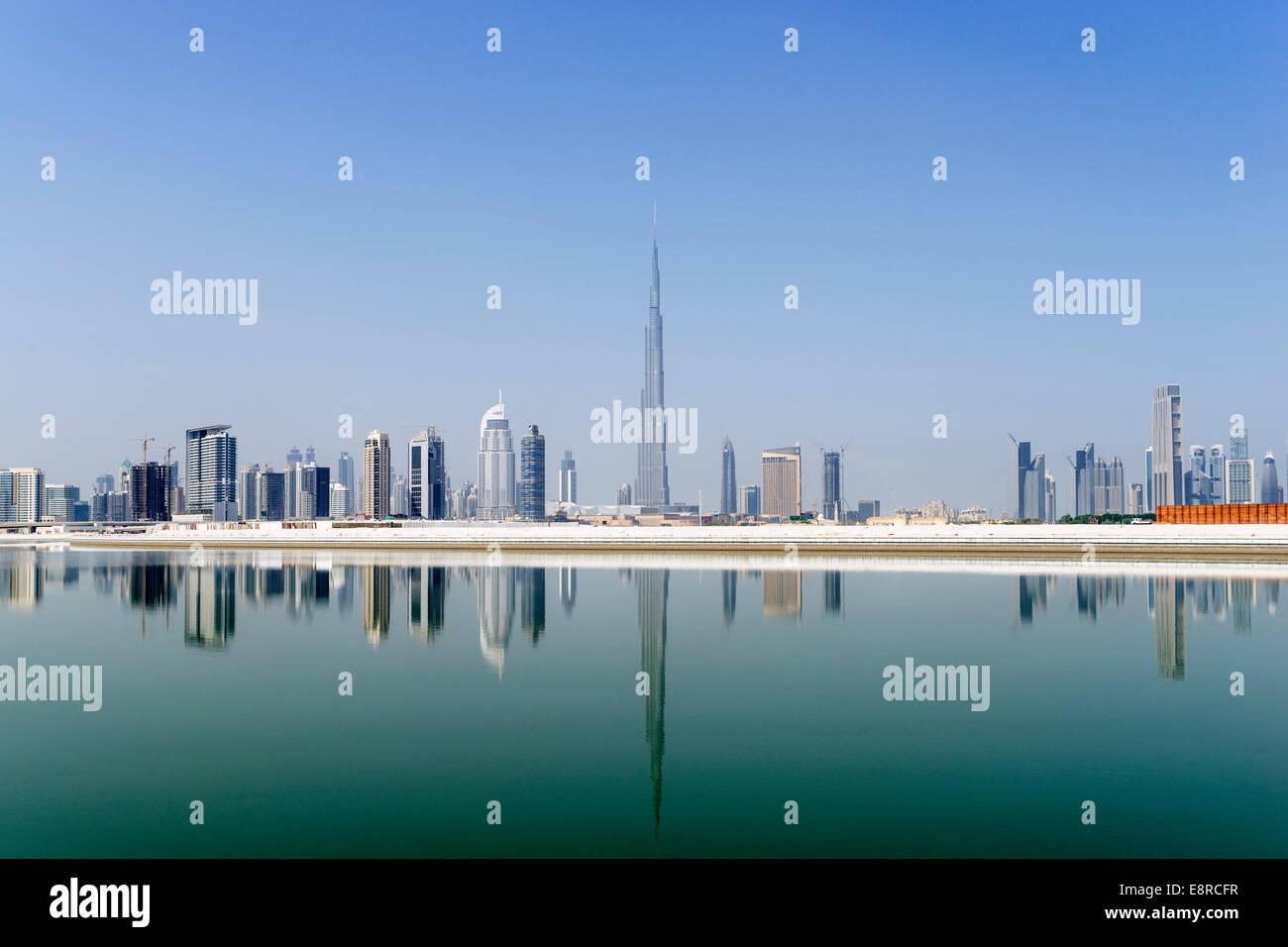 Blick über den Bach Richtung Skyline von Dubai und Burj Khalifa im Business Bay in Vereinigte Arabische Emirate Stockbild