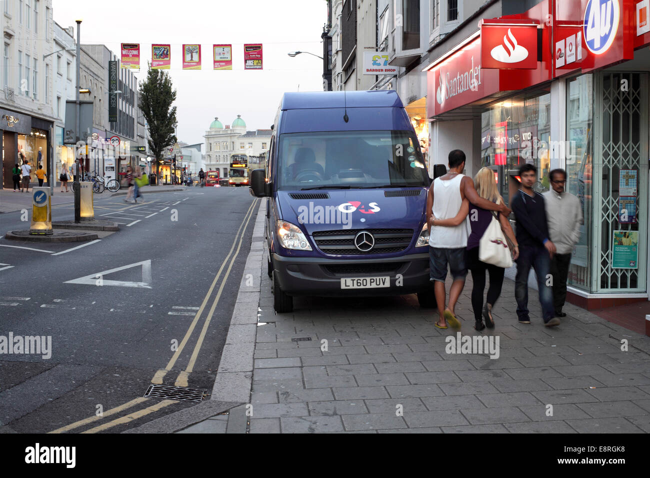 Wie man Fußgänger ärgern!  Eine Sicherheit van parkten auf - und Behinderung - das Pflaster in Western Stockbild