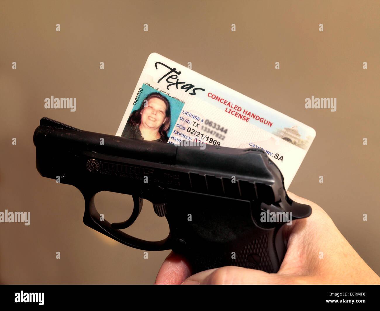 Frau in Texas hat eine Genehmigung für verdeckte Pistole, aber die Polizei immer noch ihre Hand Waffe beschlagnahmt.. Stockbild