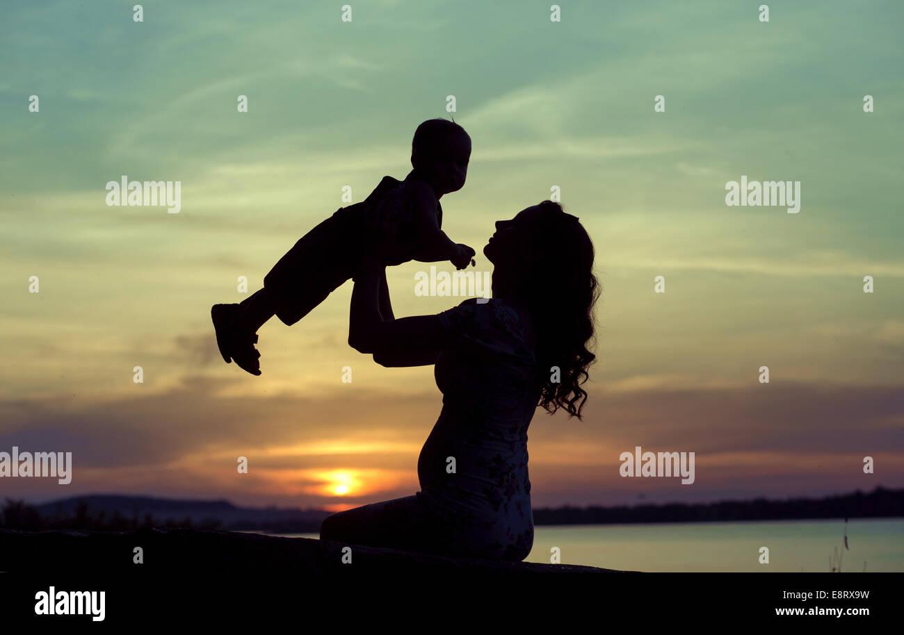 Schwangere Mutter mit ihrem schönen Kind spielen Stockbild