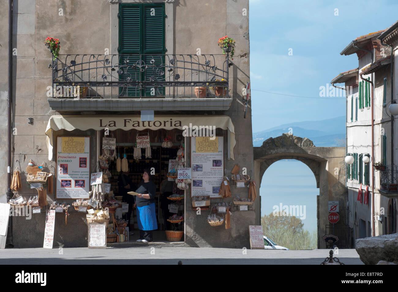 Shop mit lokalen Spezialitäten, in der hinteren Tor und See, Piazza Mazzini, Altstadt, Castiglione del Lago, Stockbild