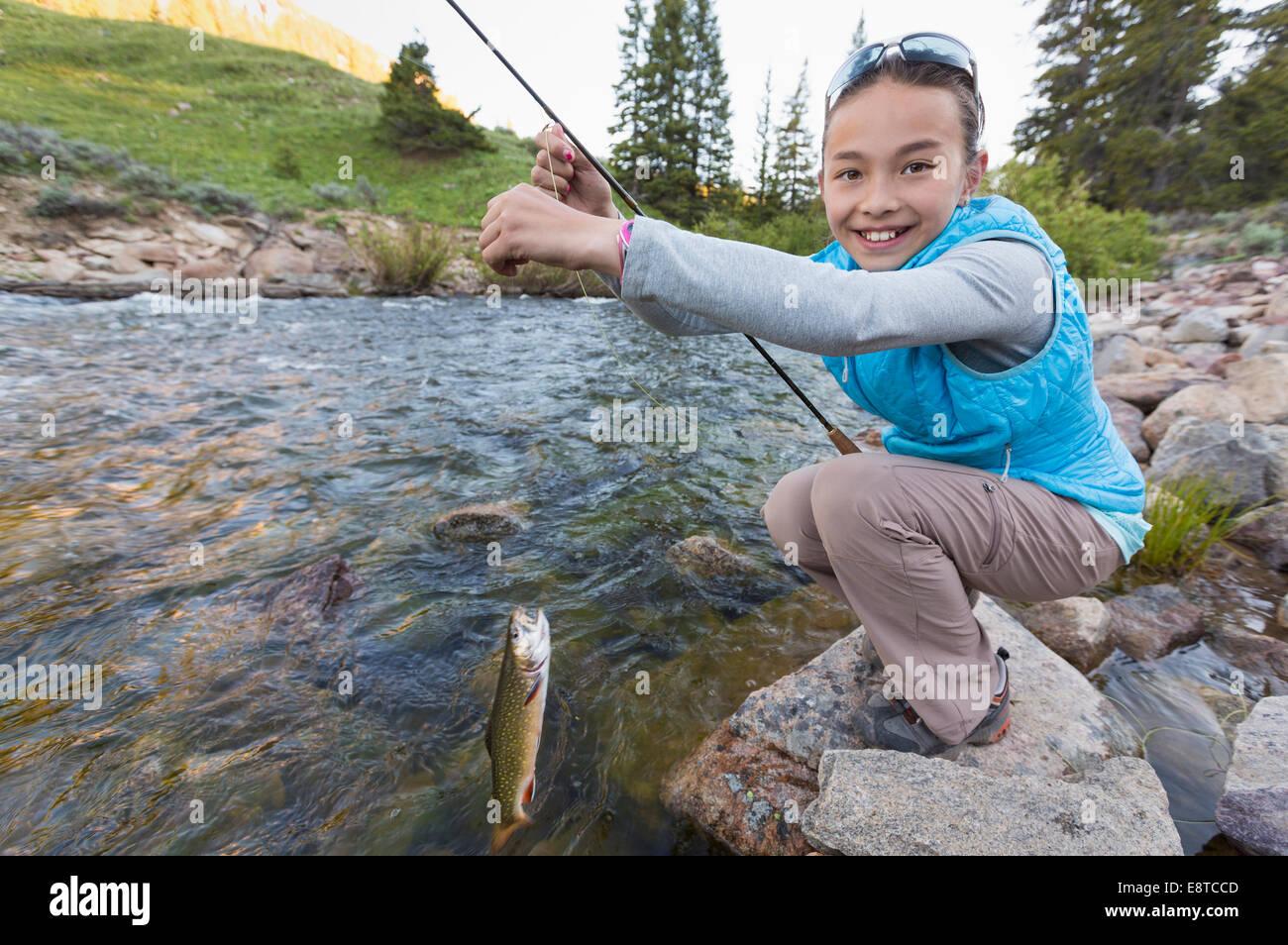 Gemischte Rassen Mädchen Angeln im Fluss Stockfoto