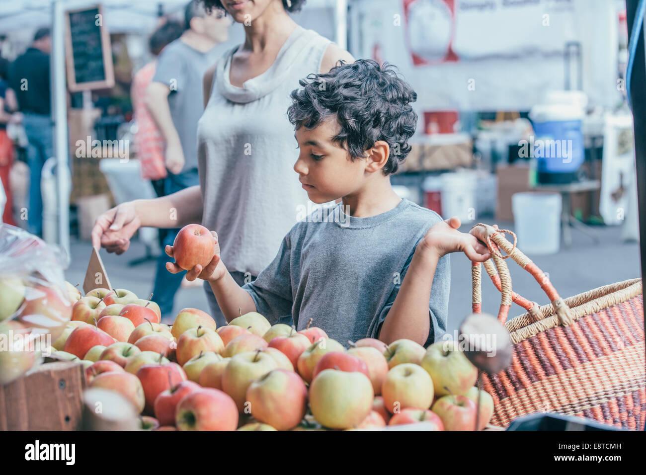 Gemischte Rassen junge mit Mutter am Bauernmarkt einkaufen Stockfoto