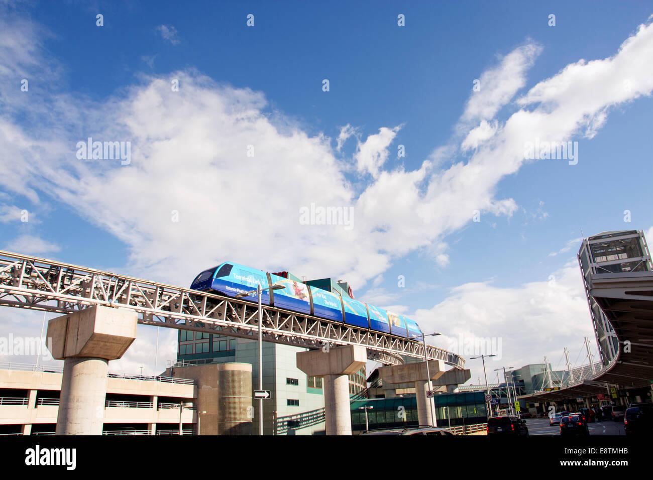 Futuristische Monorail Shuttle-Zug am Flughafen Toronto-Pearson ...