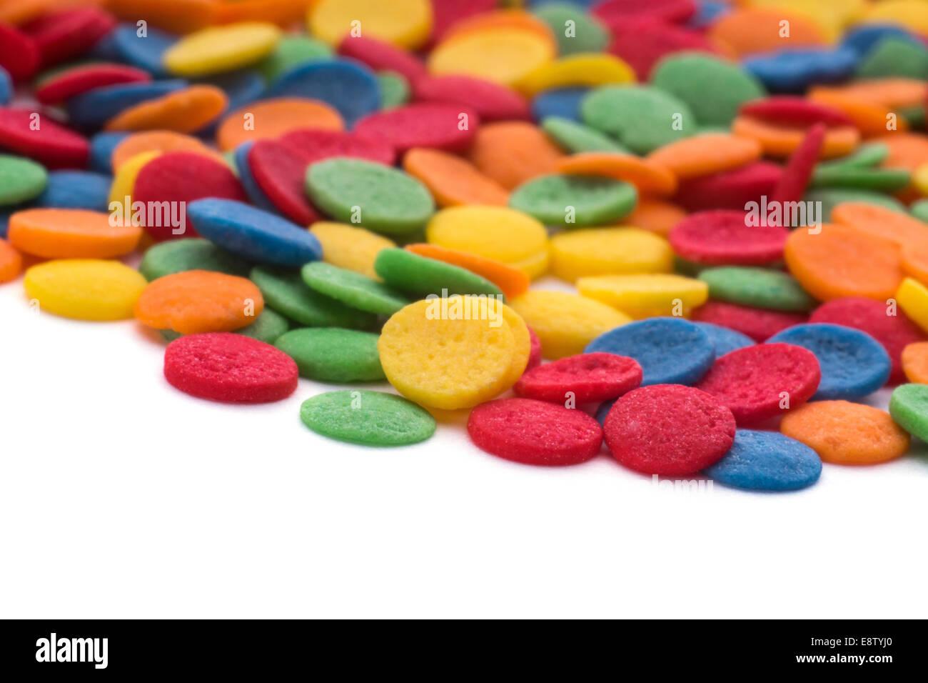 Bunten Süßigkeiten Konfetti auf dem weißen Hintergrund Stockfoto