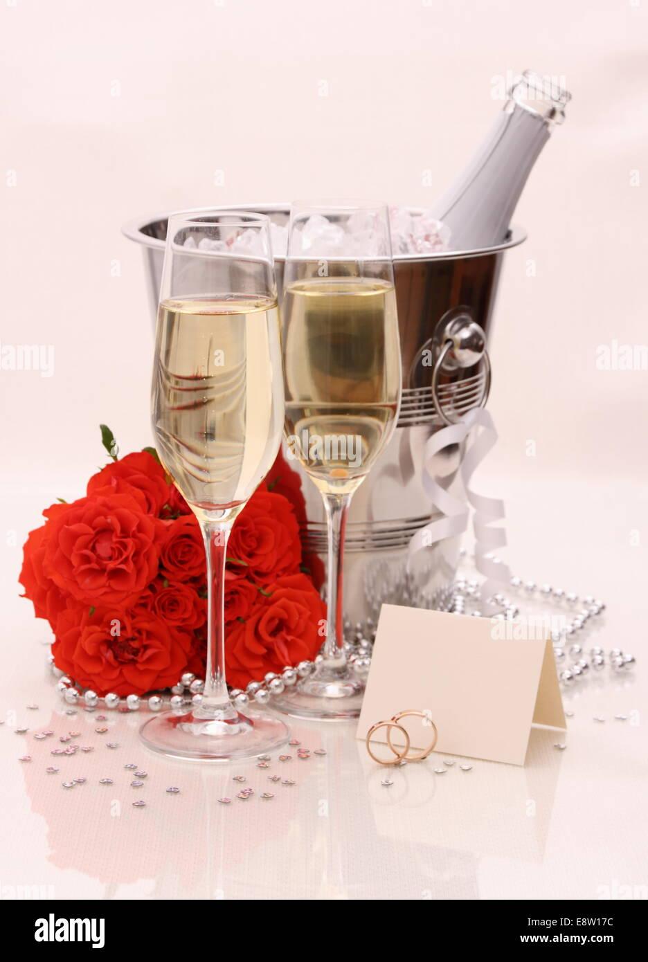 Zwei Sektgläser Rote Rosen Goldene Hochzeit Ringe Und