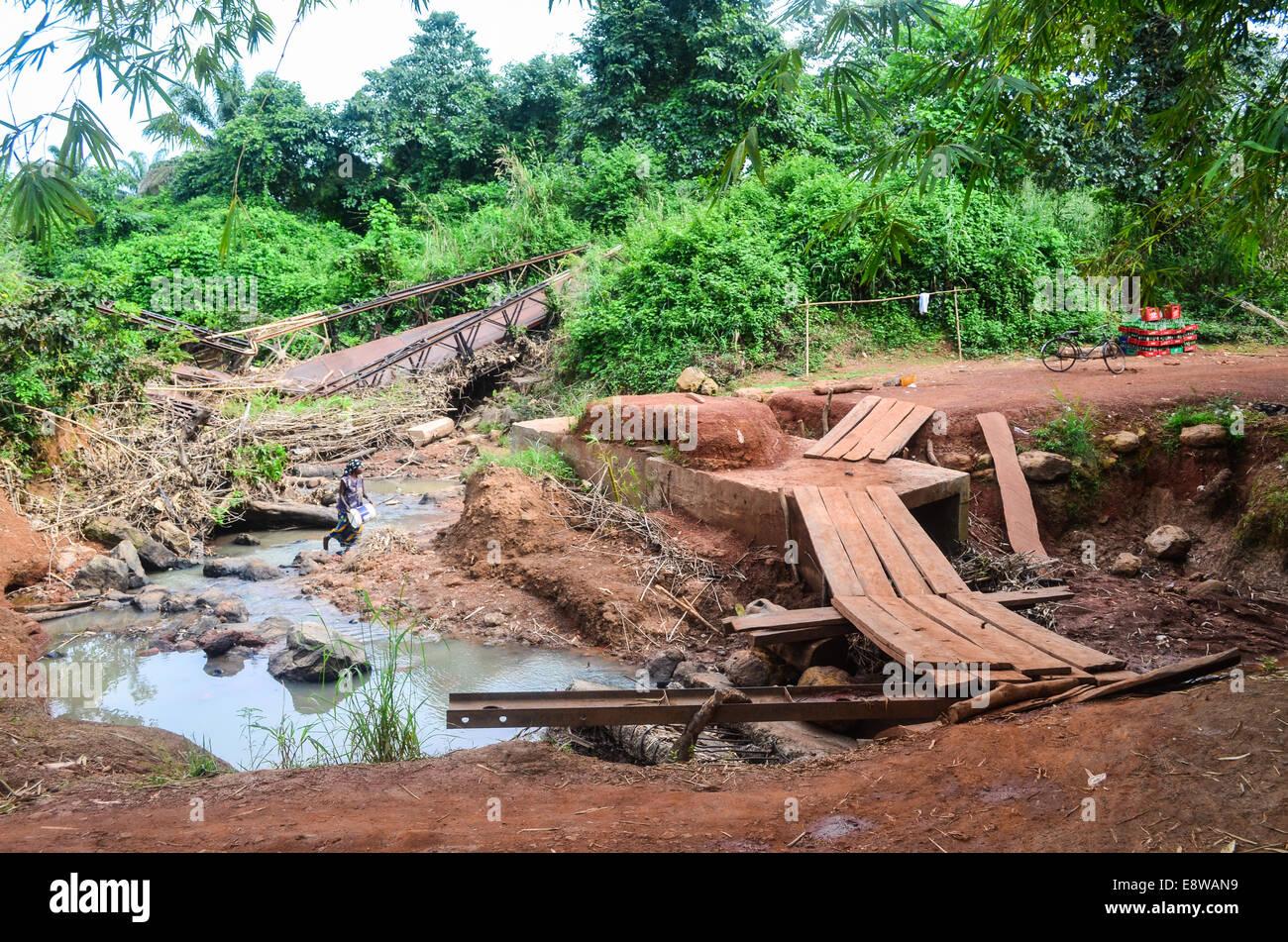 Schlechter Infrastruktur in Nigeria, Feldwege, Überschwemmungen und defekte Brücken und einen provisorischen Stockbild