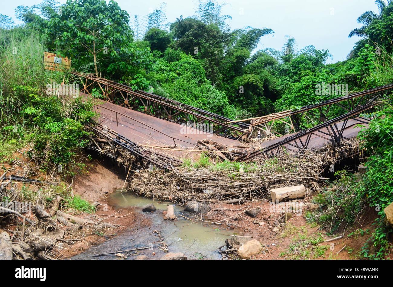 Schlechte Infrastruktur in Nigeria, Feldwege, Überschwemmungen und defekte Brücken Stockbild