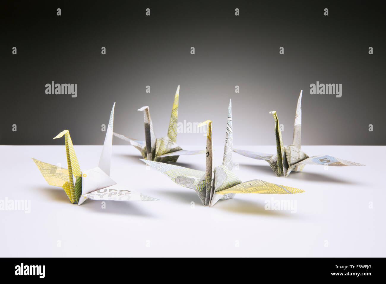 Origami-Kraniche auf Zähler von Euro gemacht Stockbild