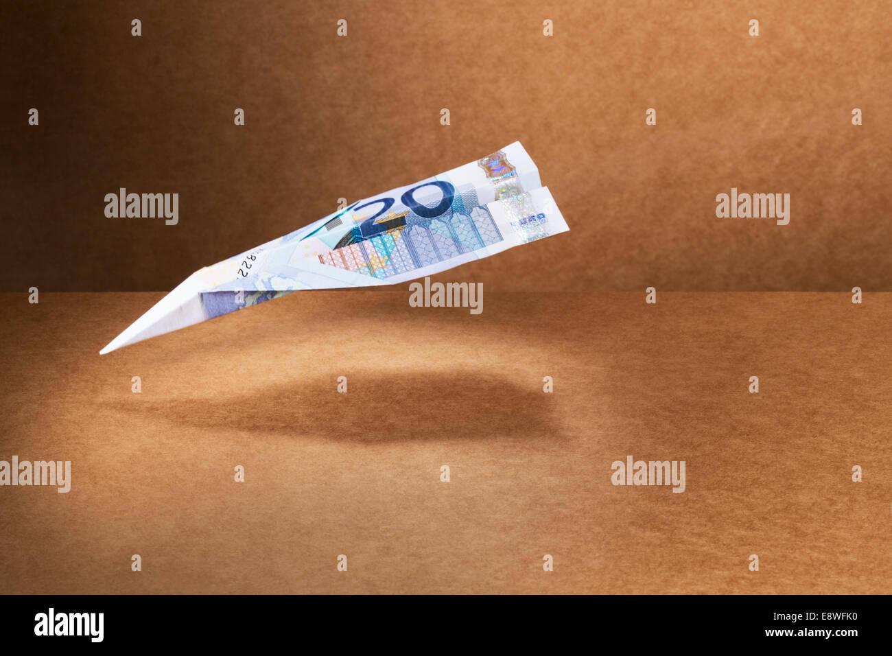 20-Euro-Schein in Papierflieger gefaltet Stockbild