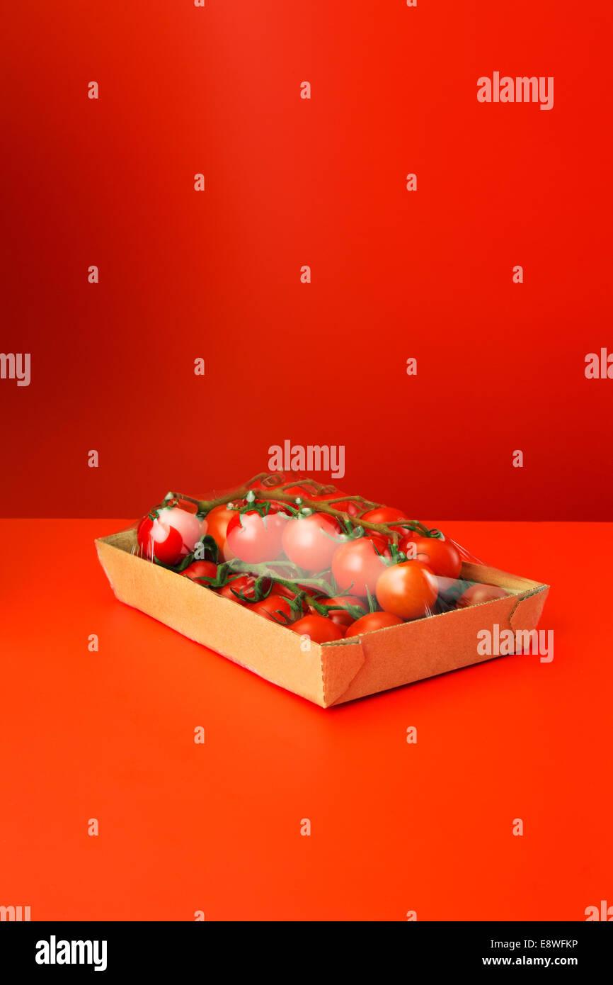 Nahaufnahme von Tomaten schrumpfen in Plastikfolie eingewickelt Stockbild