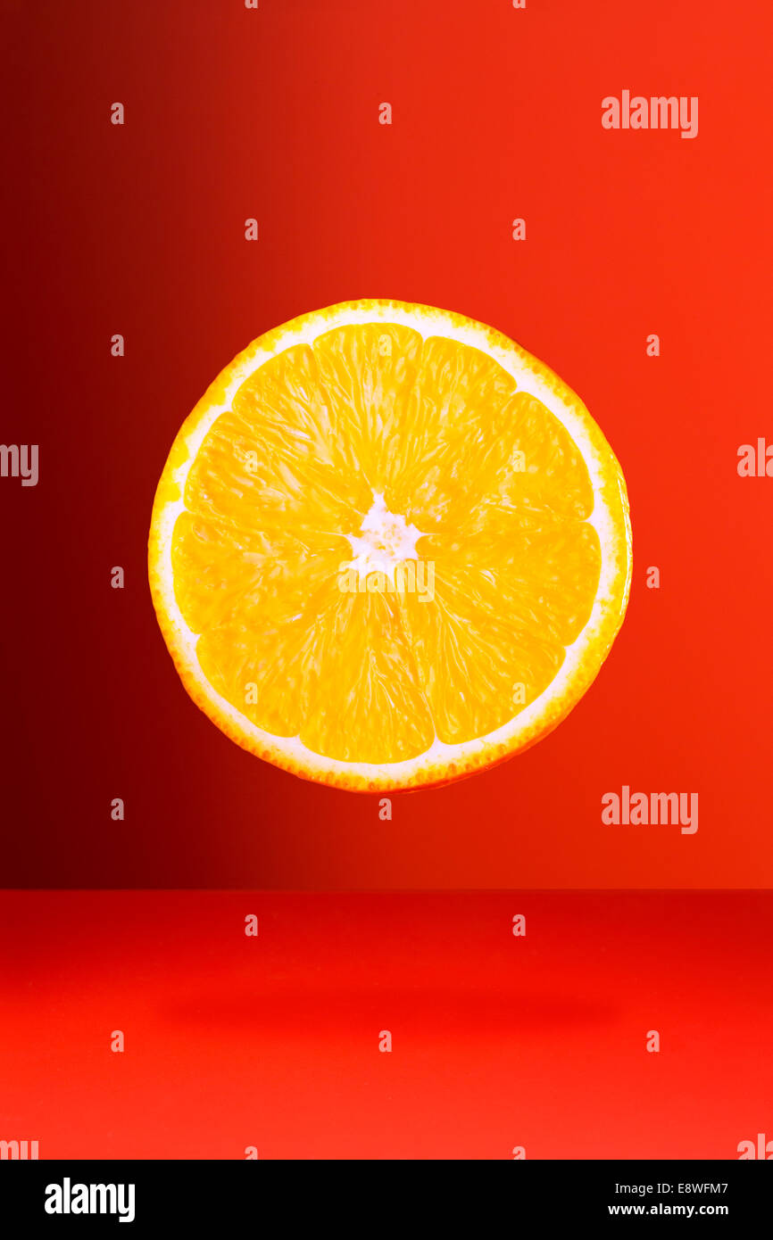 Orangenscheibe an rot-Zähler Stockbild