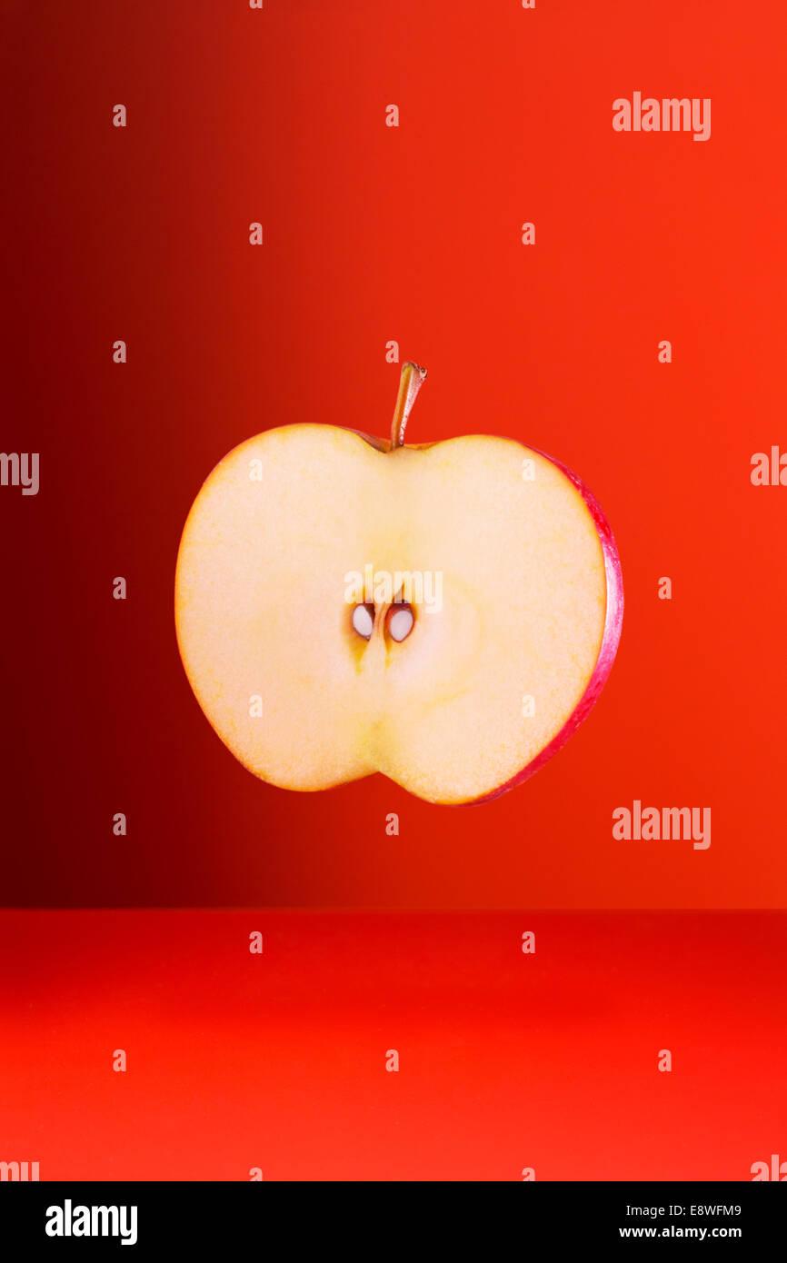 Apple Slice auf roten Theke Stockbild