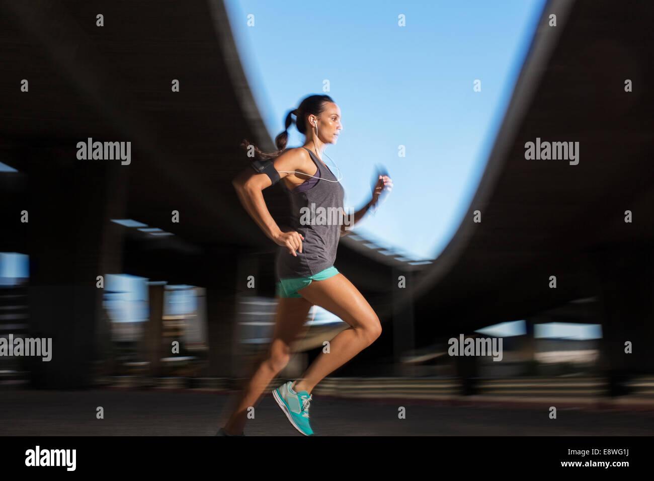 Frau läuft durch die Straßen der Stadt Stockbild
