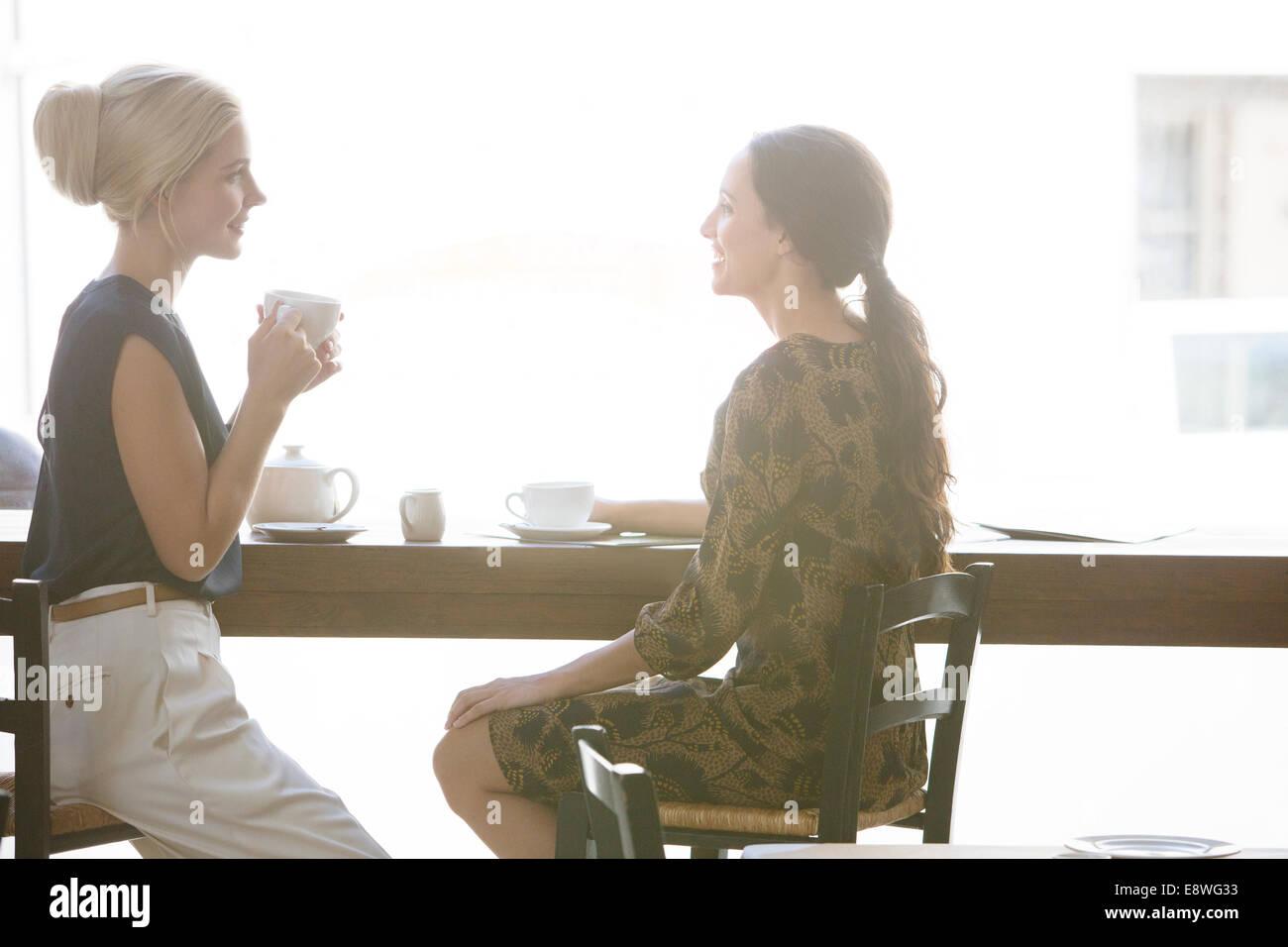 Frauen, die zusammen Kaffee im café Stockfoto