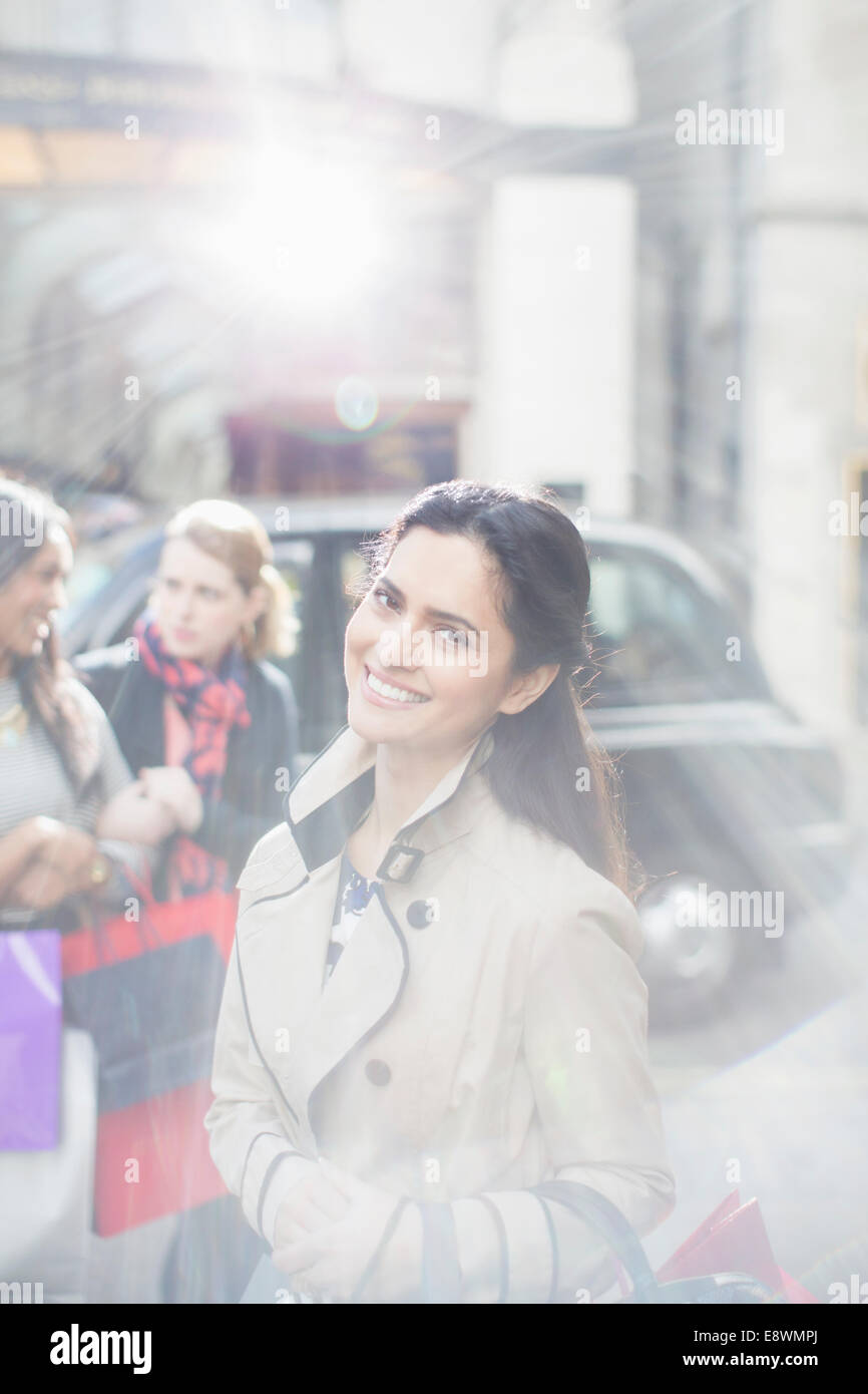 Frau lächelnd auf Stadtstraße Stockbild