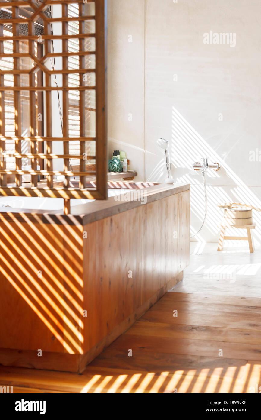 Jalousien, die Schatten im modernen Badezimmer Stockbild