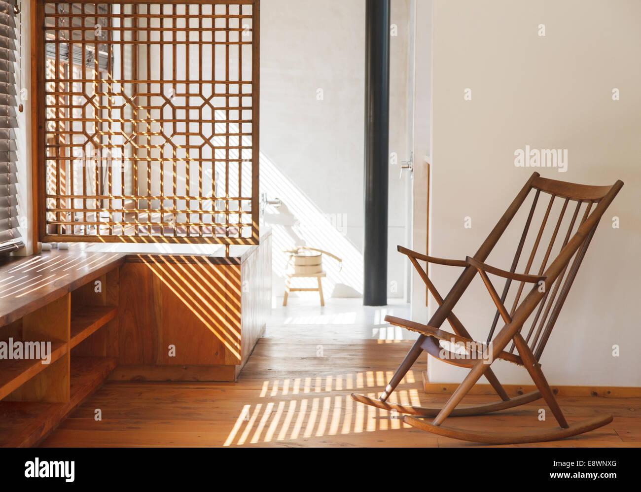 Jalousien, die Schatten in modernen Schlafzimmer Stockbild