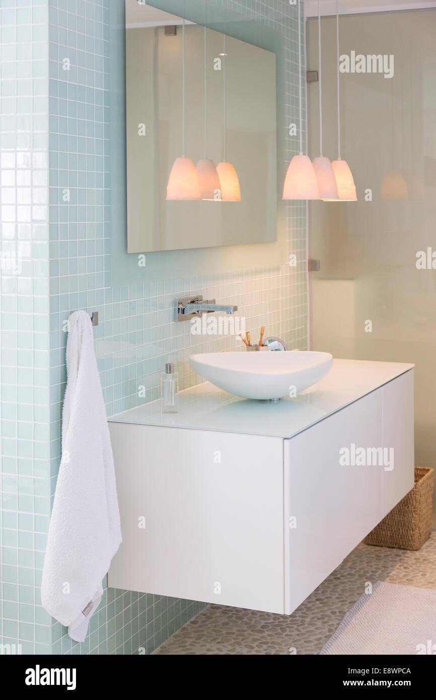 Waschbecken Spiegel Und Lampen Im Modernen Badezimmer Stockfoto
