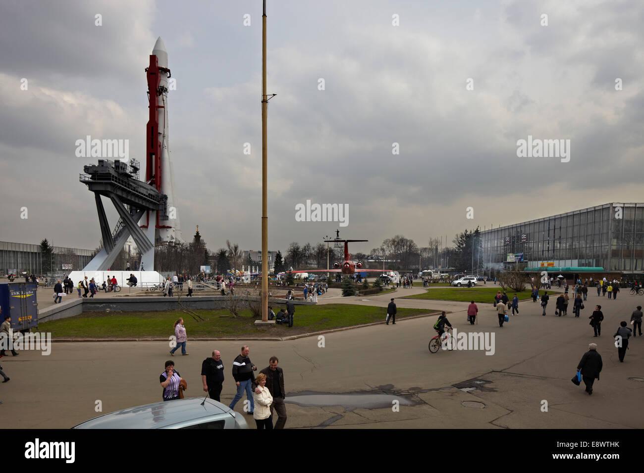 Gebäude außen und Space Shuttle im All Russland Exhibition Centre, Moskau, Russland. Stockbild
