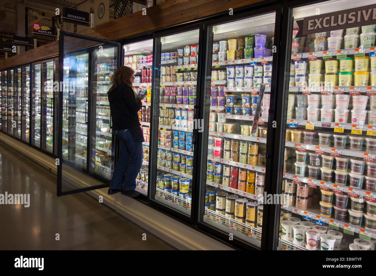 Kühlschrank Warner : Frau im ganzen kühlschrank lebensmittel einkaufen stockfoto bild