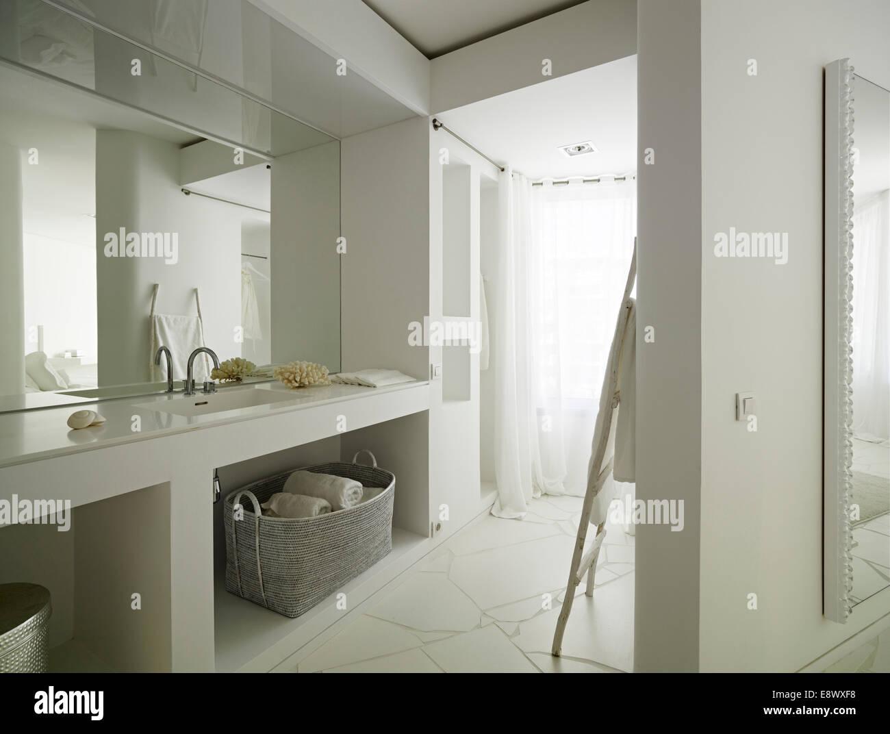 Spiegel über Waschbecken im modernen Badezimmer im Apartment Las ...