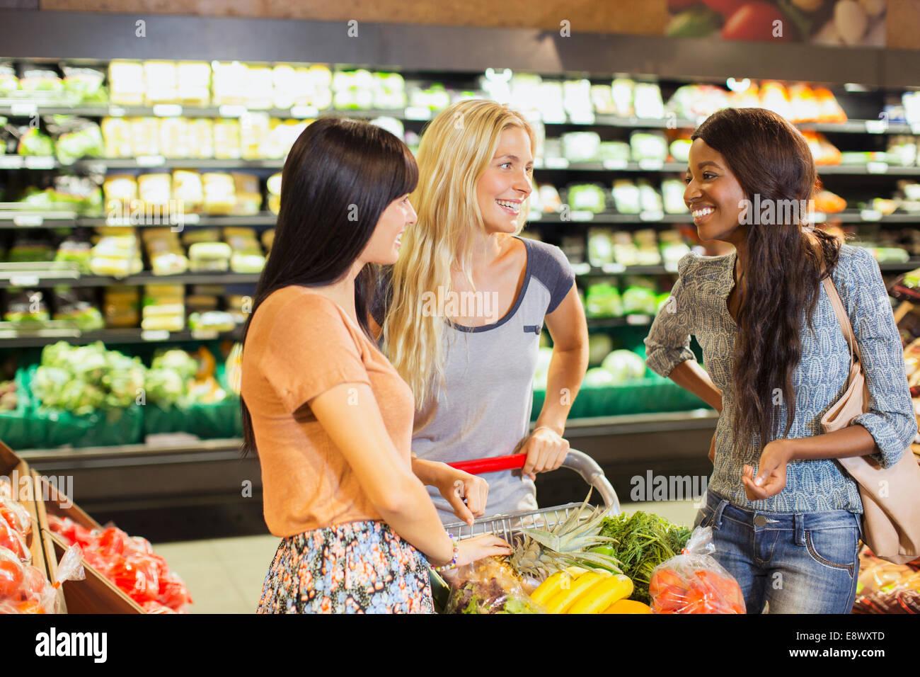 f1a05c55c0 Frauen zusammen im Supermarkt einkaufen Stockfoto, Bild: 74328589 ...