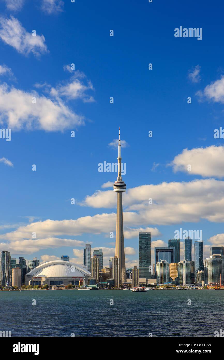 Berühmte Skyline von Toronto mit dem CN Tower und Rogers Centre Toronto Islands entnommen. Stockbild