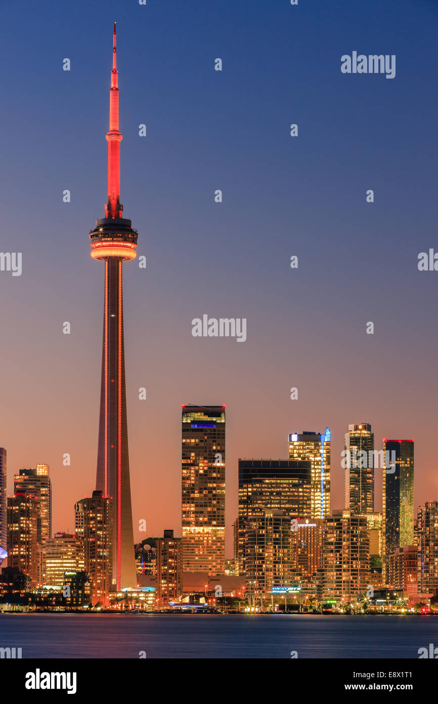 Berühmte Skyline von Toronto mit dem CN Tower und Rogers Centre nach Sonnenuntergang die Toronto Islands entnommen. Stockfoto