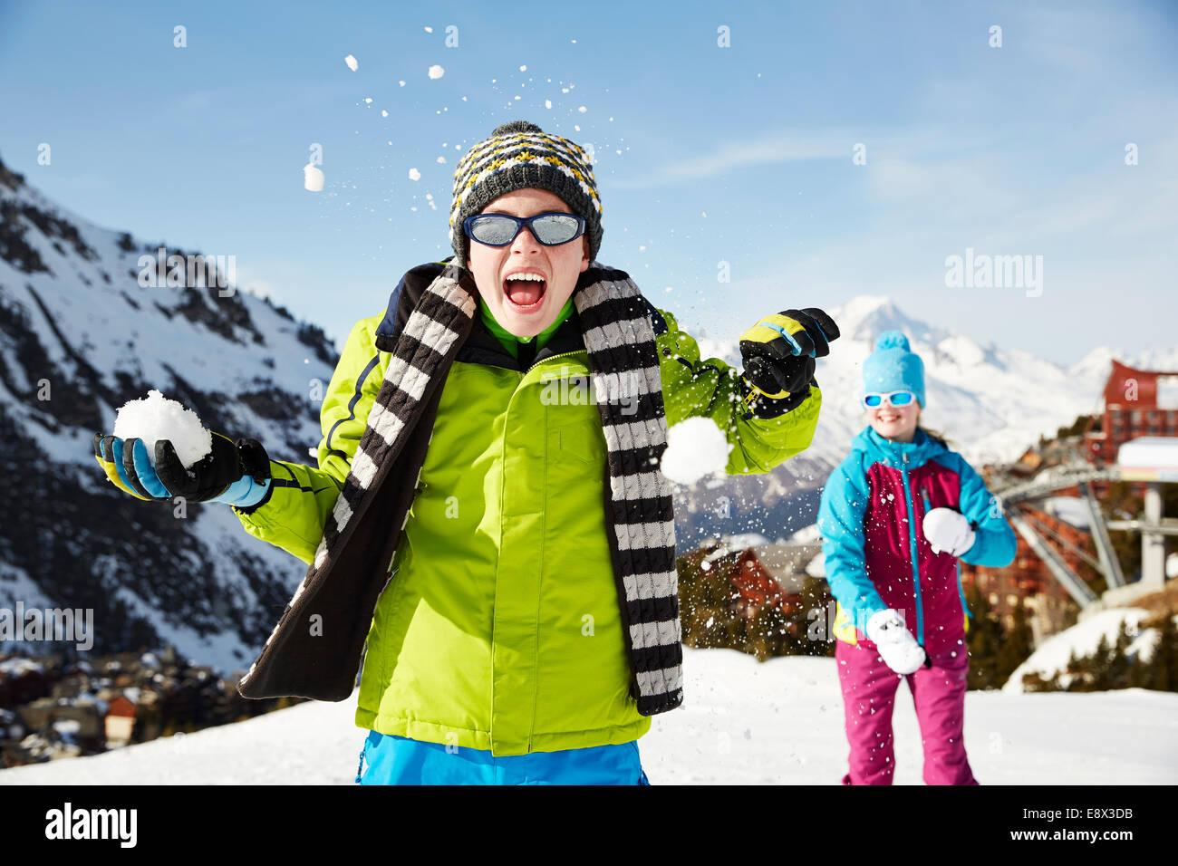 Geschwister mit Schneeball kämpfen Stockbild