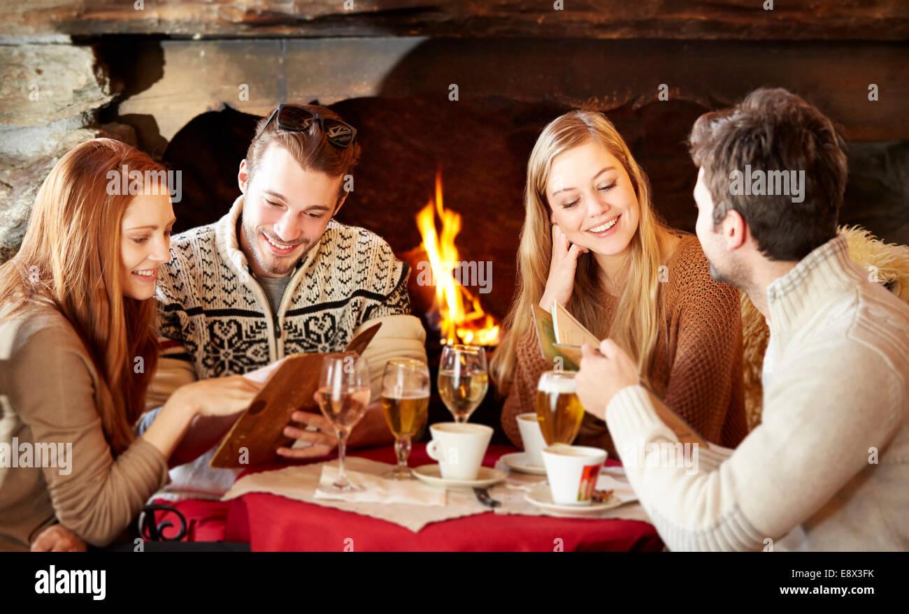 freunde essen im restaurant bestellen stockfoto bild 74332263 alamy. Black Bedroom Furniture Sets. Home Design Ideas