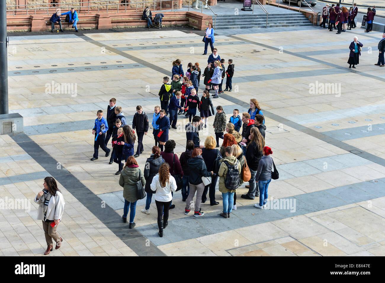 Stock Foto - Schülerinnen und Schüler mit Lehrern, Derry, Londonderry, Nordirland. © George Sweeney Stockbild