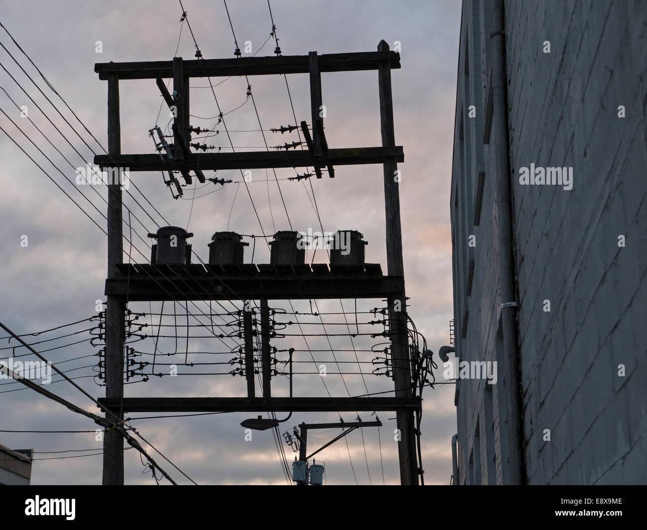 Silhouette, Strommasten und Leitungen, Teil der Infrastruktur einer Stadt, Vancouver, b.c., Kanada. Stockbild