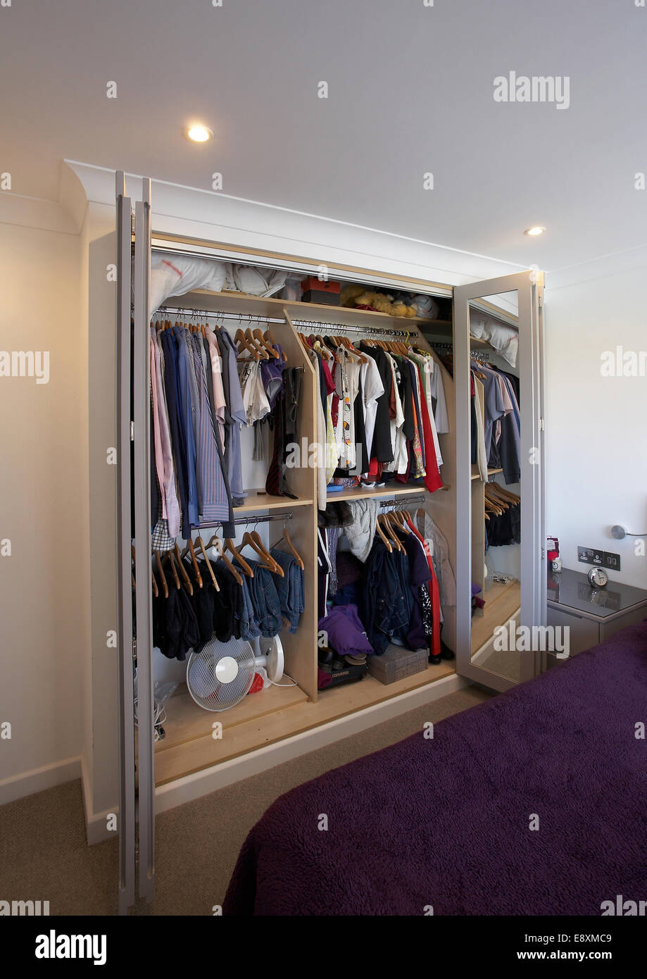 Ein Offener Kleiderschrank Im Schlafzimmer In Einem Haus Im