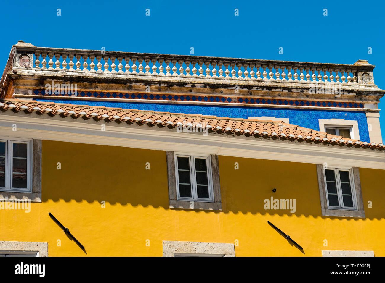 Sintra Portugal Details Steinbalustrade blaue Kachel Kacheln Fassade Senf Farbe gestrichene Gebäude Dachziegel Stockbild