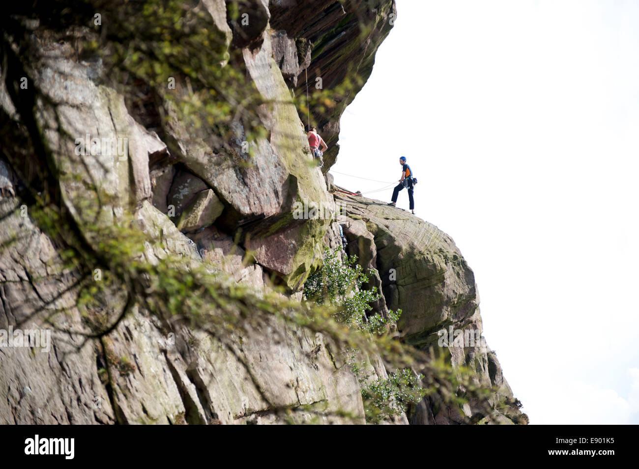 Ein Bergsteiger auf den Felsen auf die Kakerlaken in Staffordshire Stockbild