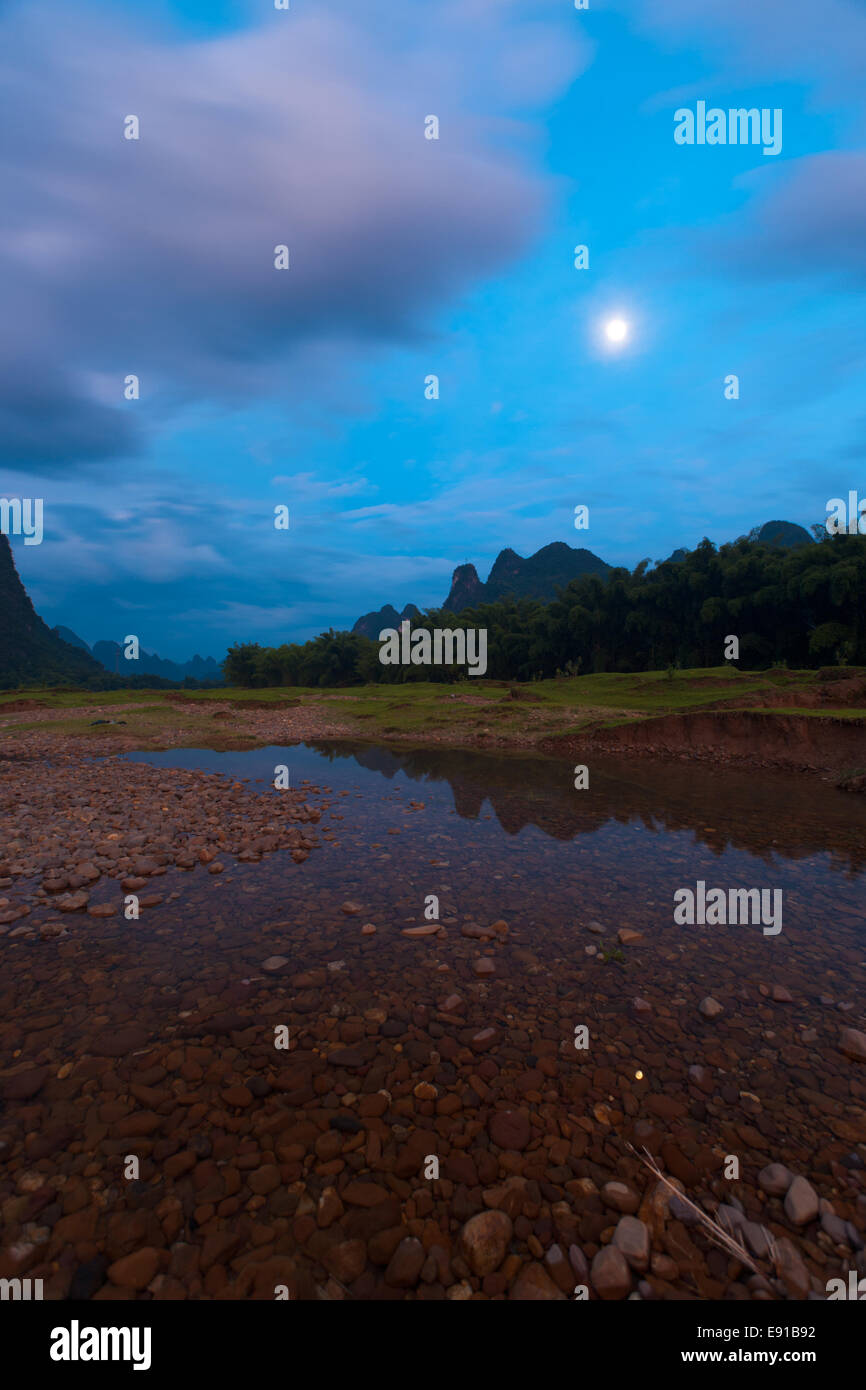 Moon Rise Flusslandschaft Stockbild
