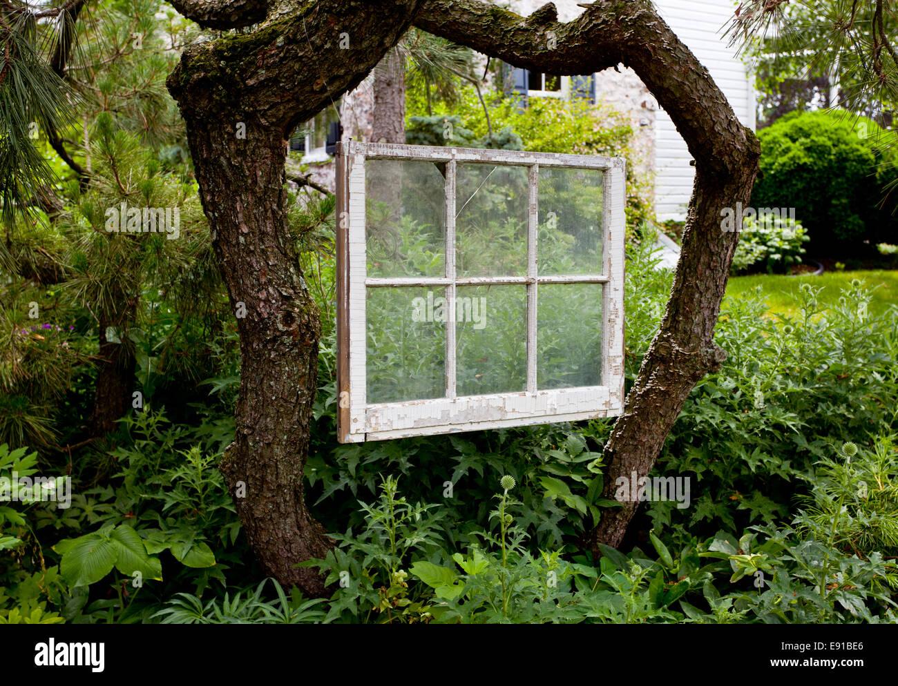 Verblasste lackierten Fensterrahmen im Garten Stockfoto, Bild ...