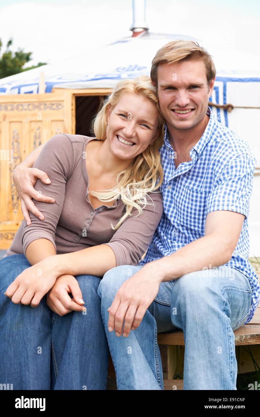 Paar genießt Campingurlaub In traditionellen Jurte Stockbild