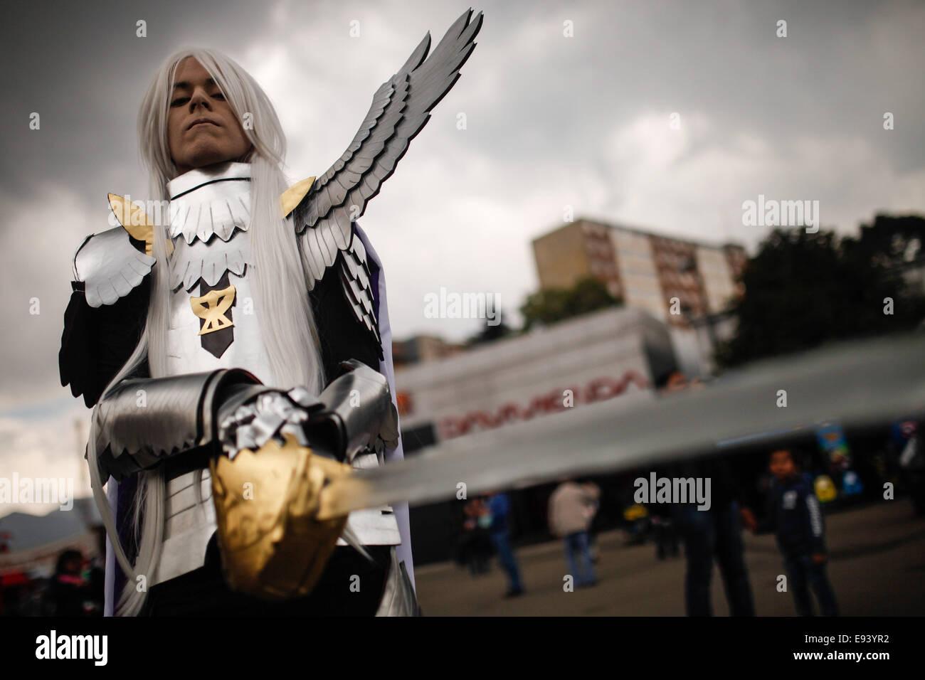 Bogota, Kolumbien. 18. Oktober 2014. Ein Bewohner in einem Kostüm posiert während der 6. Freizeit- und Stockbild