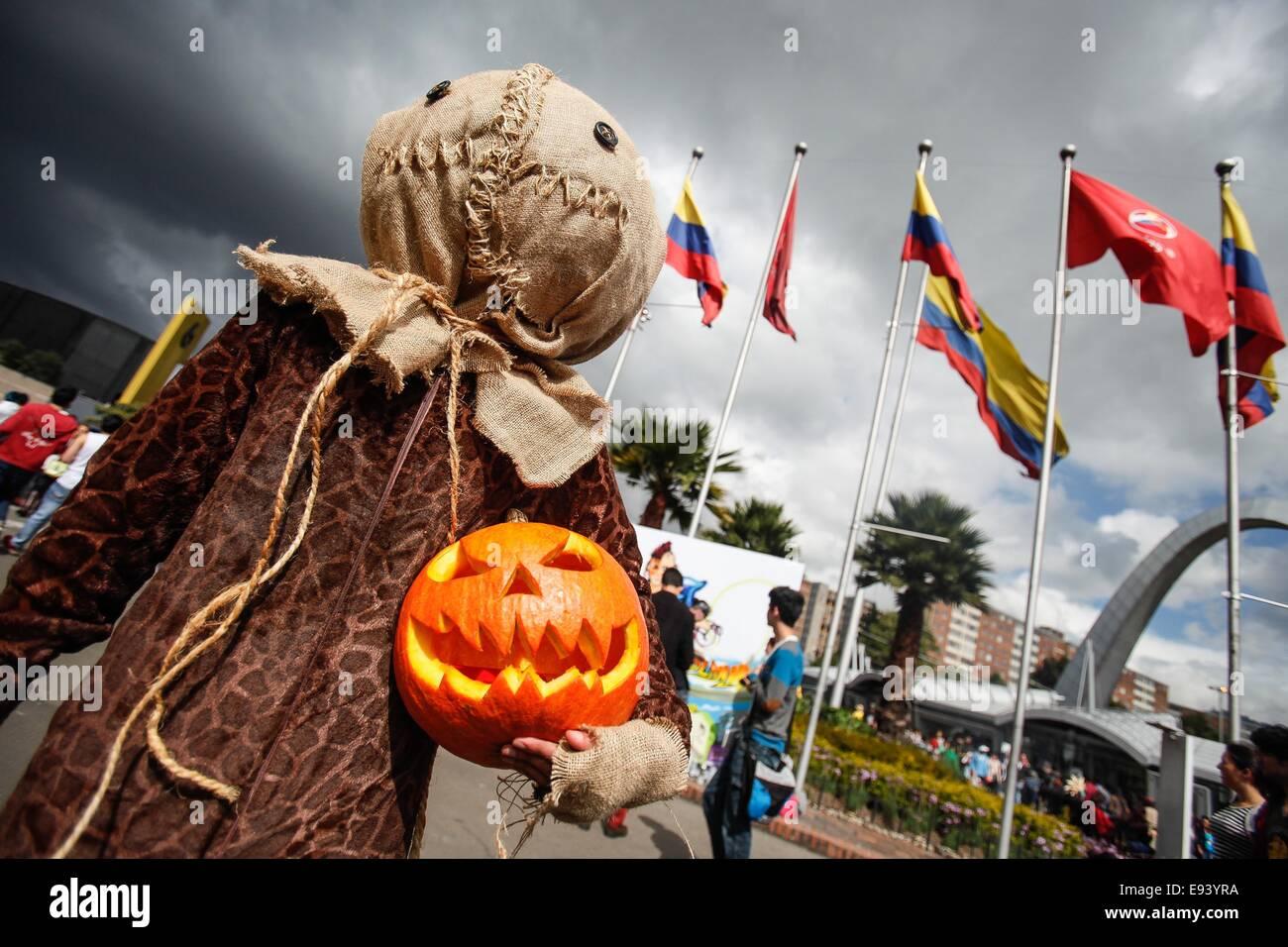 Bogota, Kolumbien. 18. Oktober 2014. Ein Bewohner in einem Kostüm nimmt während der 6. Freizeit- und Fantasy Stockbild