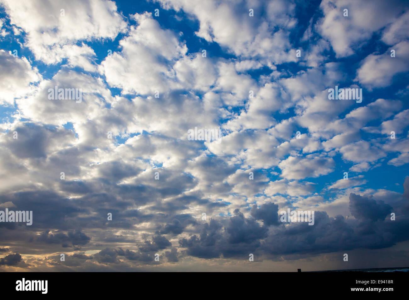 Cumulus Wolkengebilde weiße Wolken im blauen Himmelshintergrund Stockbild