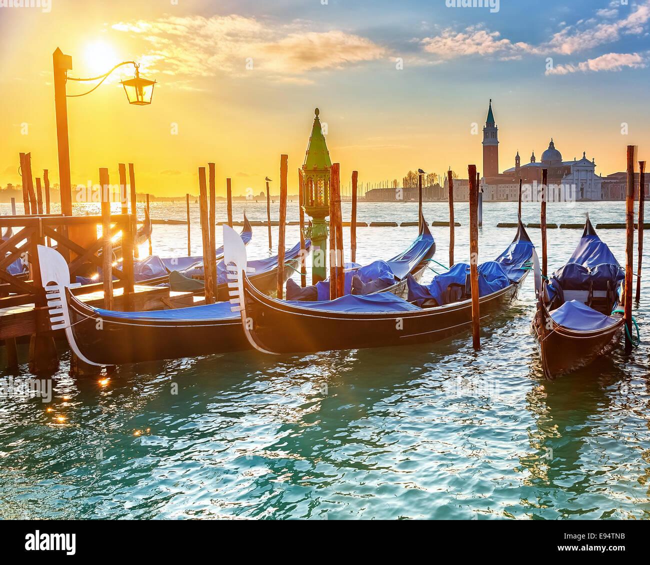 Venezianische Gondeln bei Sonnenaufgang Stockfoto