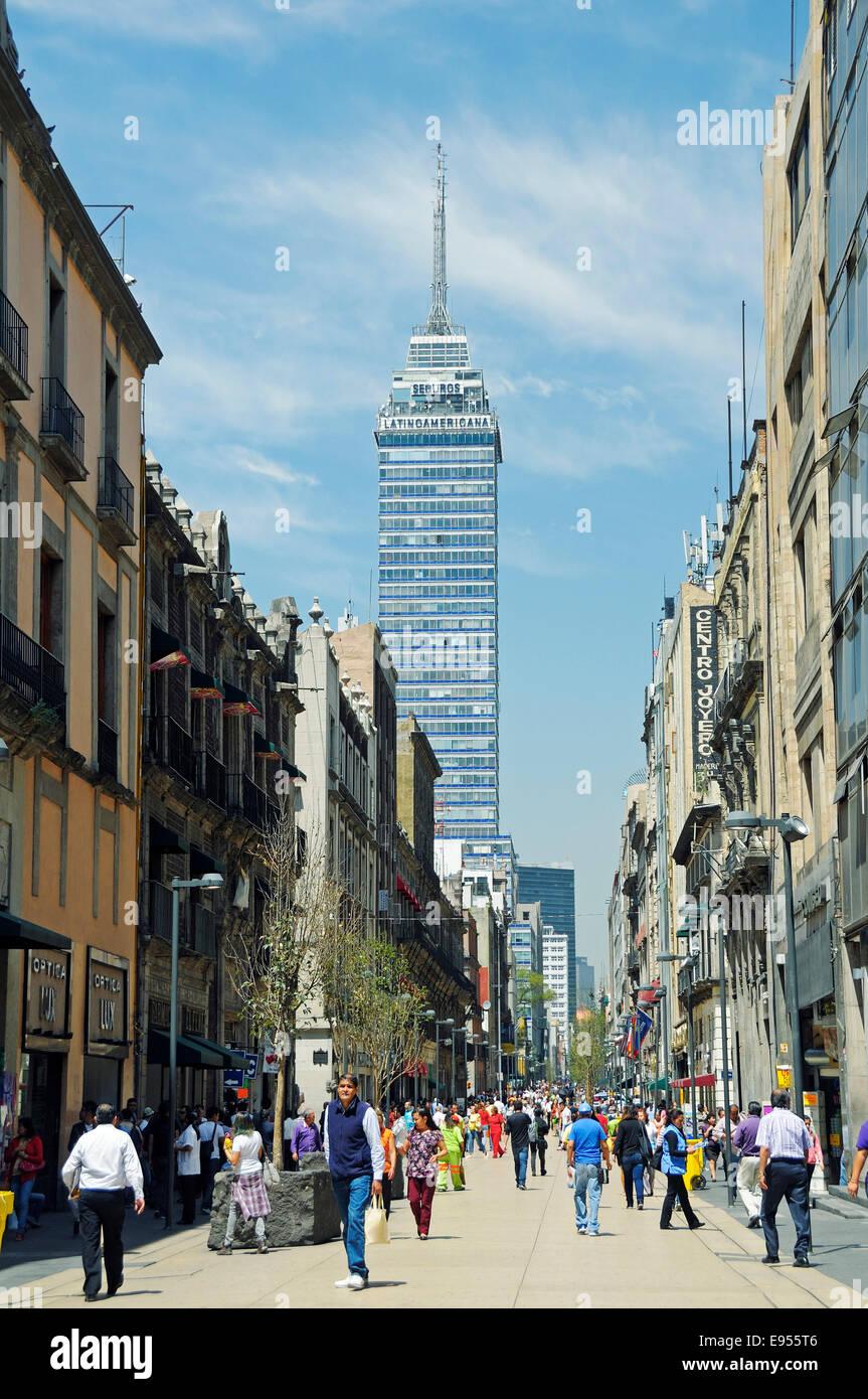 Fußgängerzone Avenida Francisco Madero, das Wahrzeichen Torre Latinoamericana auf der Rückseite, Stockbild