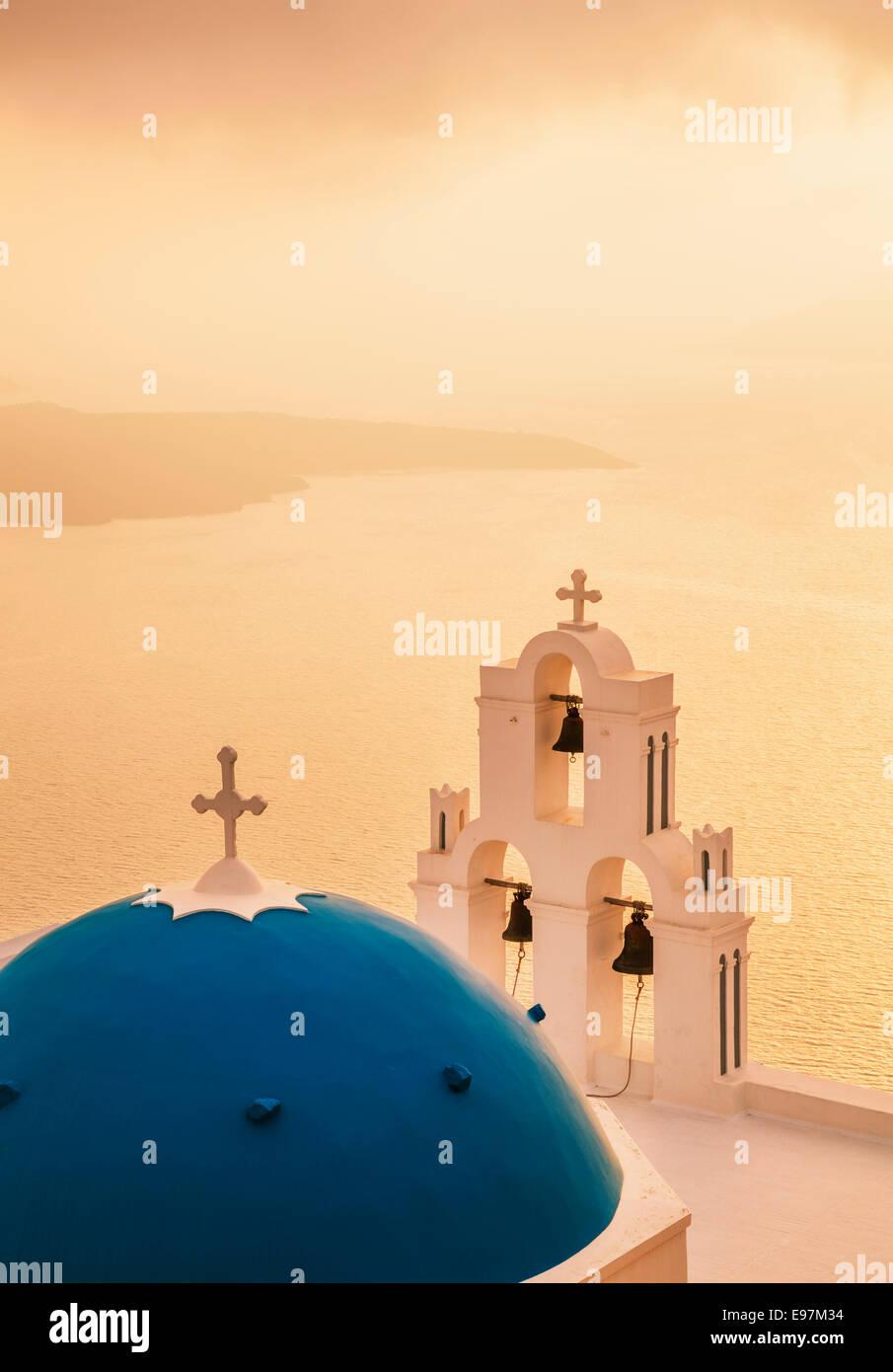 Kirche St. Gerasimos bei Sonnenuntergang, Firostefani, Fira, Santorini, Thira, Cyclades Inseln, Ägäis, Stockbild