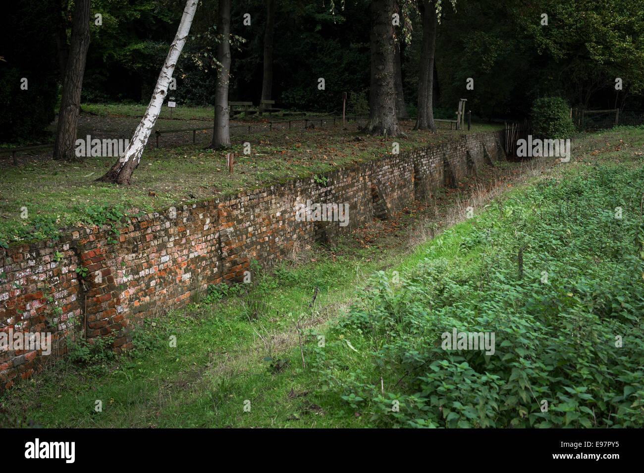 Ein Beispiel für eine ha-ha Mauer bei warley in Essex. Der Garten ...