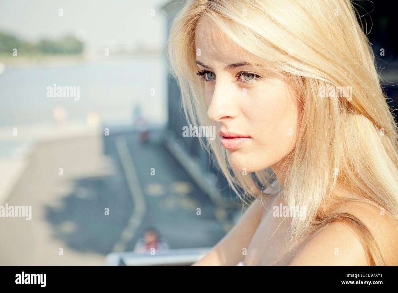 Porträt der jungen Frau mit blonden Haaren Tagträumen Stockfoto